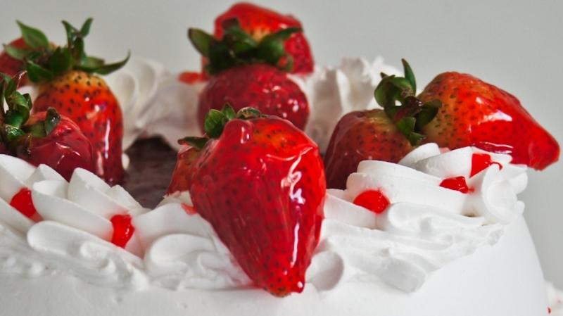 Bizcocho humectado decorado con fresas y merengue