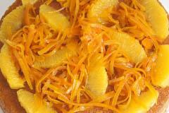 Pudín de naranja decorado con naranja confitada