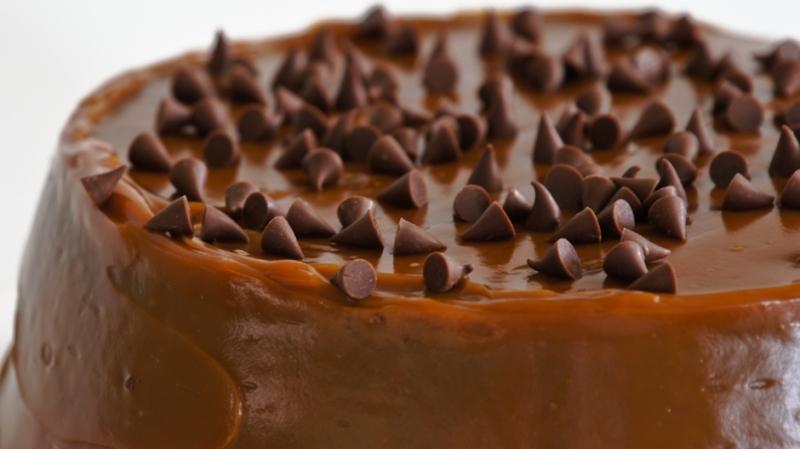 Pudín de chocolate cubierto de arequipe.