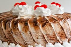 CombinadoPudín combinado de vainilla y choPudín combinado de vainilla y chocolate cubierto en merengue.colate cubierto en merengue.